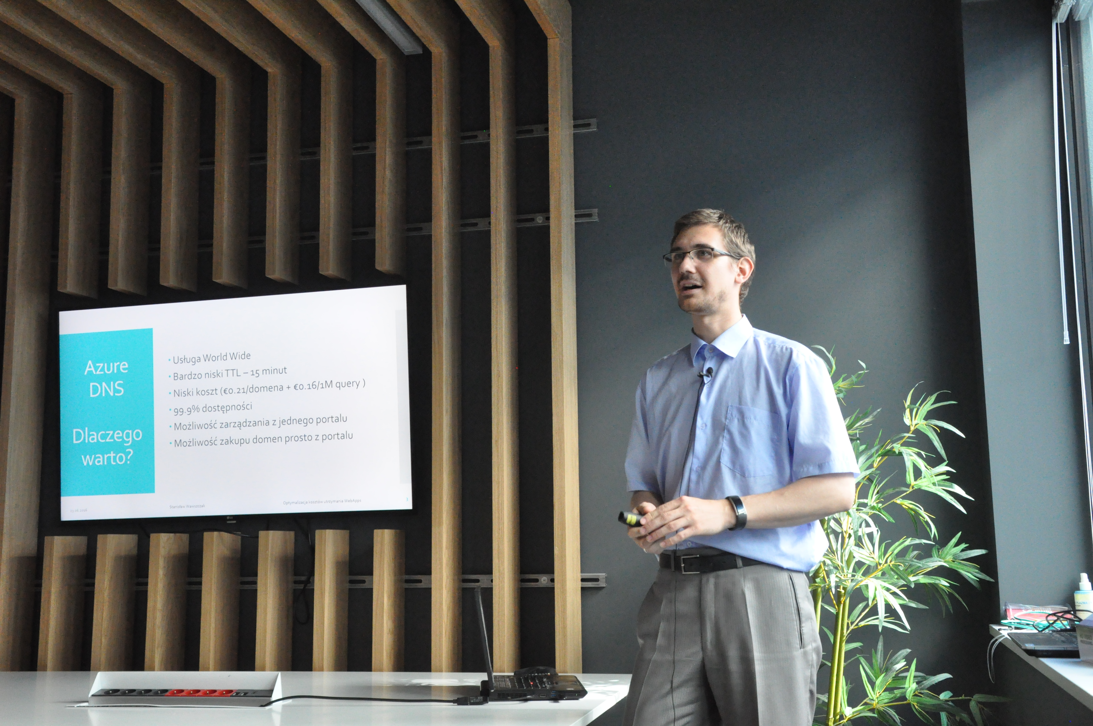 Stanisław Wawszczak przedstawia prezentację